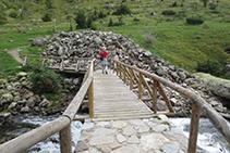Pasarela por la que cruzamos al otro lado del río de Sant Nicolau.