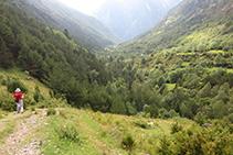 Bajando por el valle de Sant Nicolau hacia la Palanca de la borda de Pei.