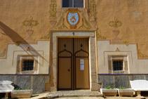 Detalle de la puerta principal de la ermita de Sant Quirze.