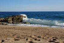 Olas en la playa de Sa Boadella.