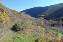 Bifurcación, nosotros seguimos recto adelante por el camino que flanquea la montaña.