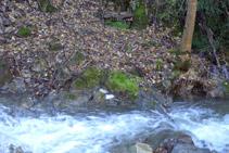 Fuente de Canemassos al otro lado del río del Cantó.