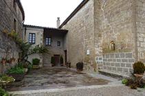 Entrada de la iglesia de Sant Miquel y la rectoría.
