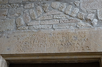 Inscripción sobre la puerta de entrada de Sant Miquel de Pinell.