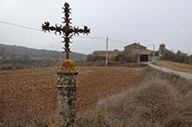 La columna y la cruz llegando a Pinell.