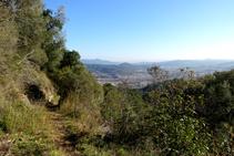 Camino en la vertiente soleada del Esquei d´en Pujol.