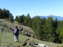 El sendero avanza por la falda de la montaña.