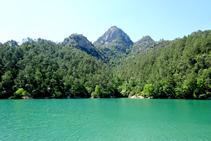 Las aguas del pantano de La Baells, a los pies de la sierra de Picancel.