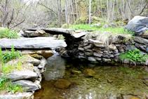 Puente enlosado del río de Unarre.