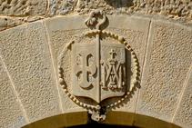 Grabado en la portada del monasterio.