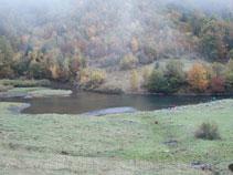 Lago de Varradós entre la niebla.
