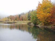 El estanque de Varradós en otoño.