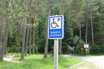 Señalización del aparcamiento adaptado.
