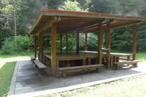 Tarima de madera: escultura <i>Arte y Naturaleza – Mesa de Picnic</i> de Siah Armajani.