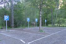 Plazas reservadas, en el extremo oriental del aparcamiento de la Pradera de Ordesa.