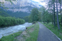 Avanzamos en paralelo al río Arazas, remontando el valle de Ordesa.