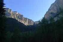 Paredes del Gallinero (izquierda), circo de Cotatuero (centro) y muralla de Fraucata (derecha).