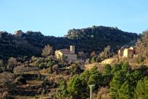 La iglesia de Sant Martí de Cambrils y el castillo homónimo en ruinas.