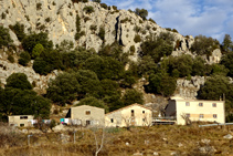 Las casas de la solana de Cambrils y, detrás, las carrascas agarrándose en la Roca de Medes.