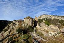 Las ruinas del castillo de Sant Martí y la capilla de la Virgen del Remei, en el límite de la loma.