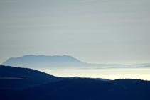 En días claros, si miramos hacia el E-SE incluso podremos ver el lejano macizo del Montseny.