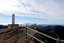 Vértice geodésico en el punto más elevado del mirador de la sierra Seca (1.234m).