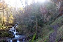 El sendero sube por la orilla izquierda orográfica del río del Cantó.