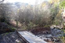 Llegamos a otro puente y pasamos a la otra orilla del río.