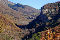 Desde el sendero se ve la Roca de Baén y el pueblo de Soriguera.