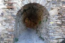 Después de subir por la rampa el camino entra en un túnel muy curioso.