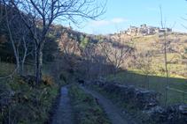 Vamos hacia la Llau de Toscarri disfrutando de magníficas vistas de Tornafort, en lo alto de una colina.