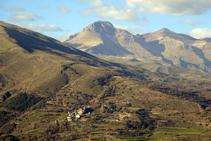 Vistas del pueblo de Enviny y de las cumbres del Montsent de Pallars y del Montorroio.