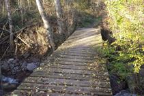Cruzamos el río del Cantó por un puente de madera.