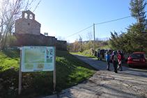 Entrada de Puigsac con la iglesia a mano izquierda (panel explicativo y palo señalizador).