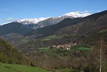 Vistas de Pardines con el Puigmal al fondo.