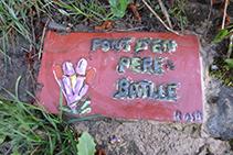 Detalle de la losa que hay junto a la fuente de Pere Batlle.
