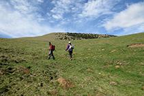 Vamos a buscar el camino que hay en la cresta de la montaña.