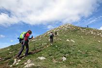 Los últimos metros de ascenso por la cresta son más exigentes.