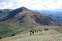 Bajando, con las montañas de la sierra Cavallera delante nuestro.