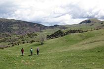 Bajando hacia el lago de Can Roca. Al fondo podemos ver la casa del Orri Vell.