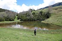 El lago de Can Roca, un bonito lugar para hacer una pausa en el camino.