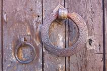 Detalle de la puerta de una casa en Aixirivall.