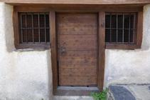 Detalle de la puerta de la iglésia de Sant Pere de Aixirivall.