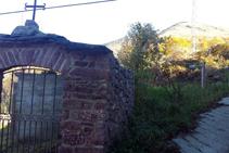 Entrada al cementerio de Llagunes e inicio del sendero.