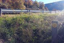 El sendero llega a la N-260.