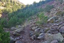 Seguimos los hitos por entre rocas de conglomerado, areniscas y limos.