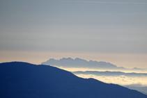 El perfil de Montserrat a lo lejos.
