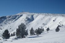 Las dos antenas destacan en la cima de la Torreta del Orri.