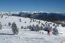 Subiendo hacia la cima, con las cumbres más altas del Pallars y de Andorra al fondo.