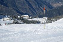 Desde el Serrat de la Coma del Forn, podemos ver las instalaciones de la base de la estación de esquí de Port-Ainé.